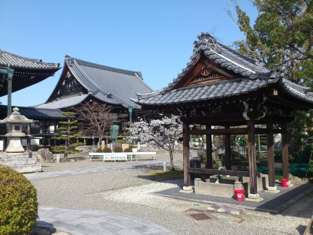 本山 錦織寺の境内