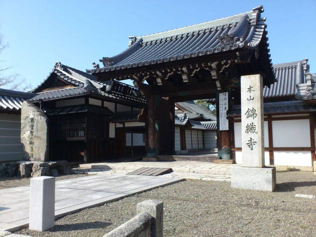 本山 錦織寺の門前