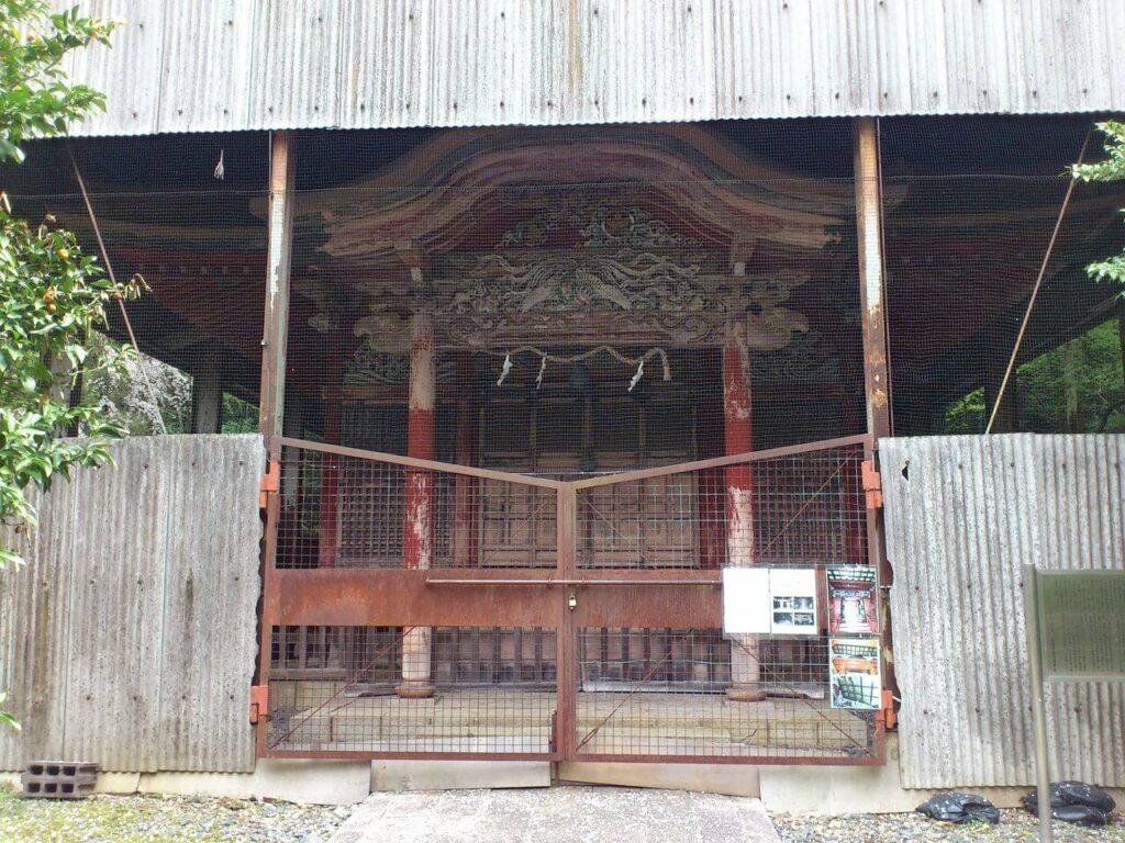 井伊神社の金網で覆われた拝殿