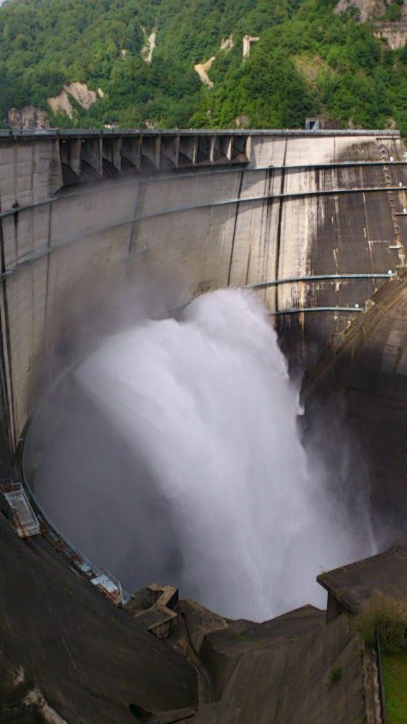 黒部ダムの観光放水