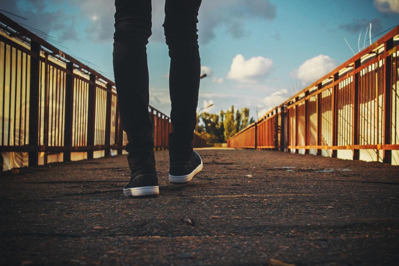 橋の上を歩く