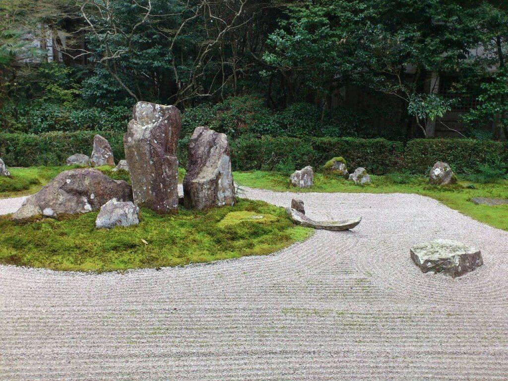 龍潭寺の枯山水(中央から)