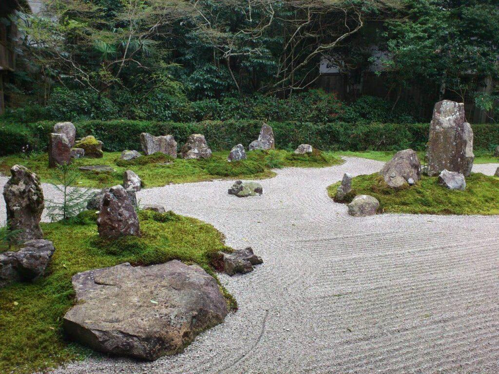 龍潭寺の枯山水(左から)