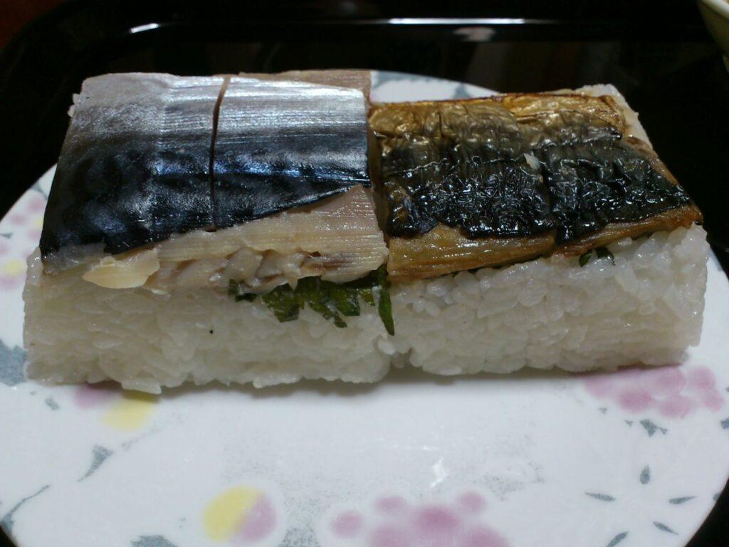 皿に盛られたさば寿司