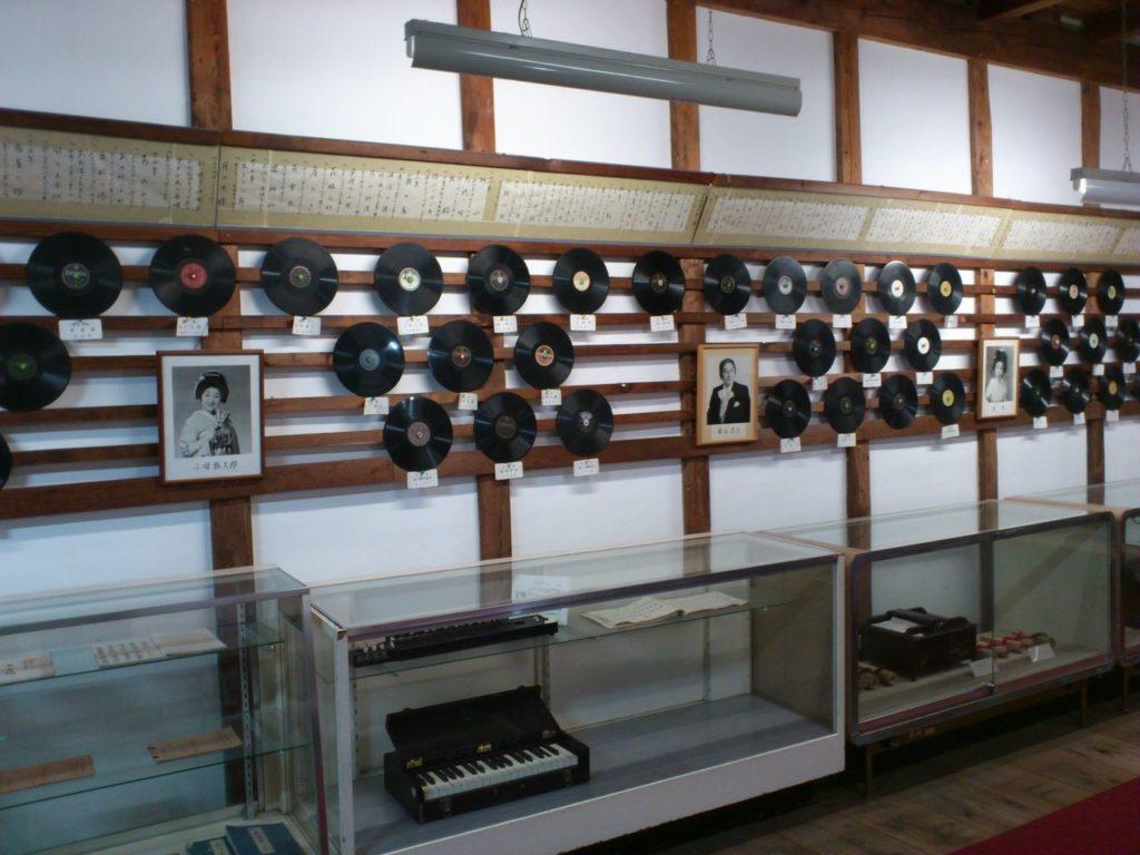 大正村資料館の壁一面のレコード