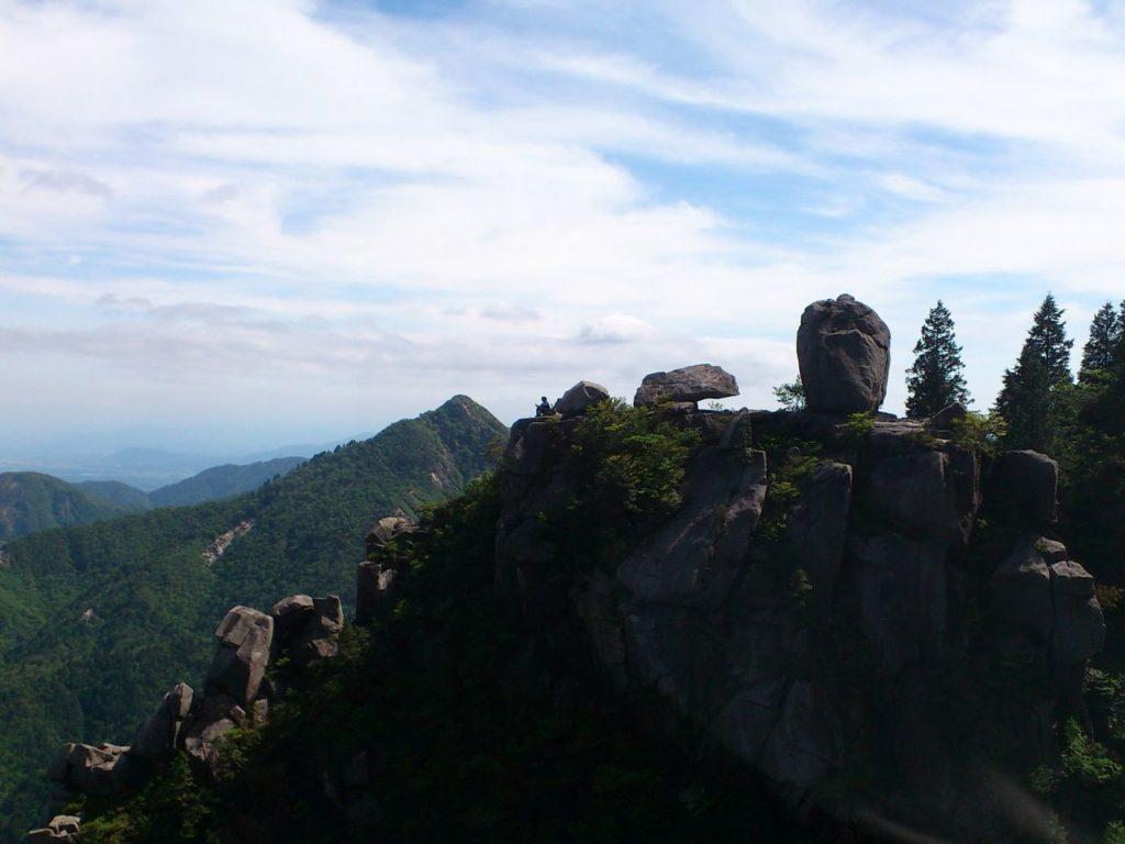 御在所岳の岩の上に座る人