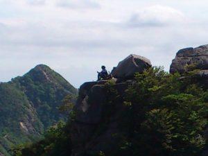 岩に座る人(拡大)