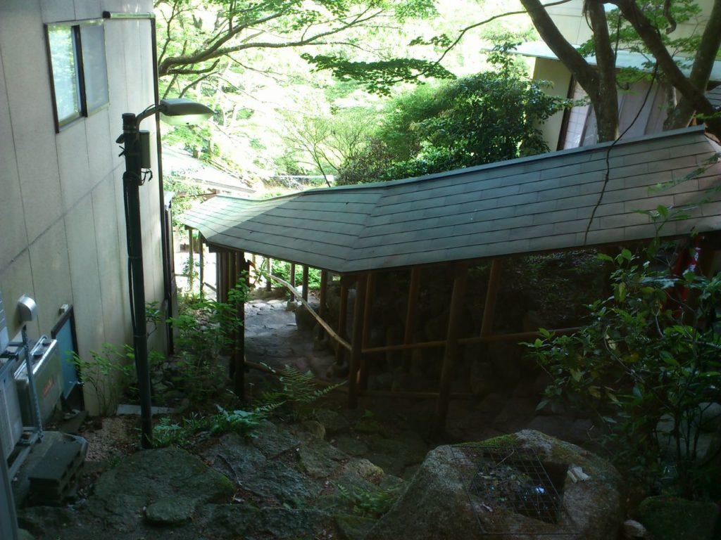 料理旅館「三峯園」の廊下から入り口を見て