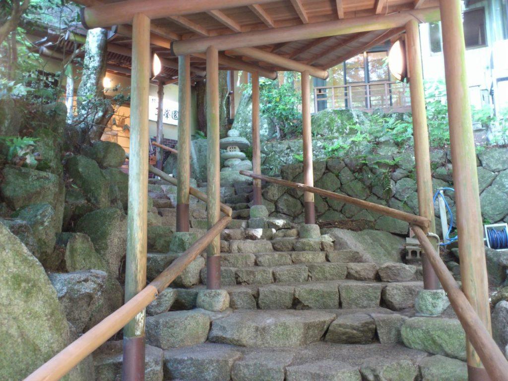 湯の山温泉の旅館「三峯園」の石段