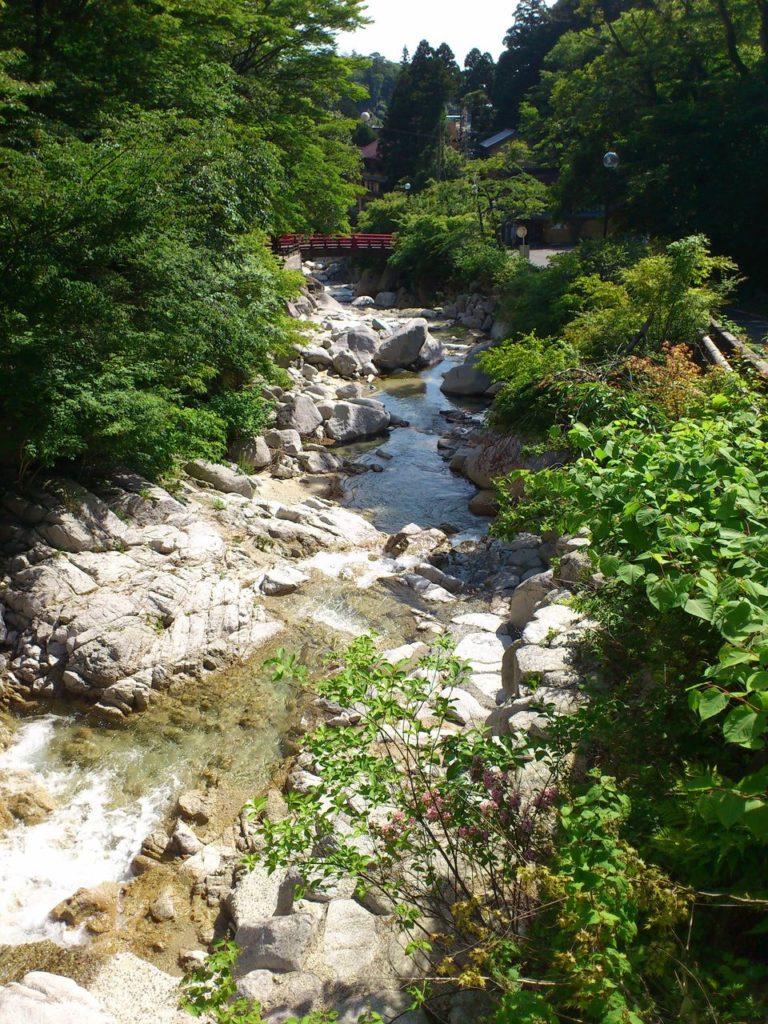 湯の山温泉の中を流れる川
