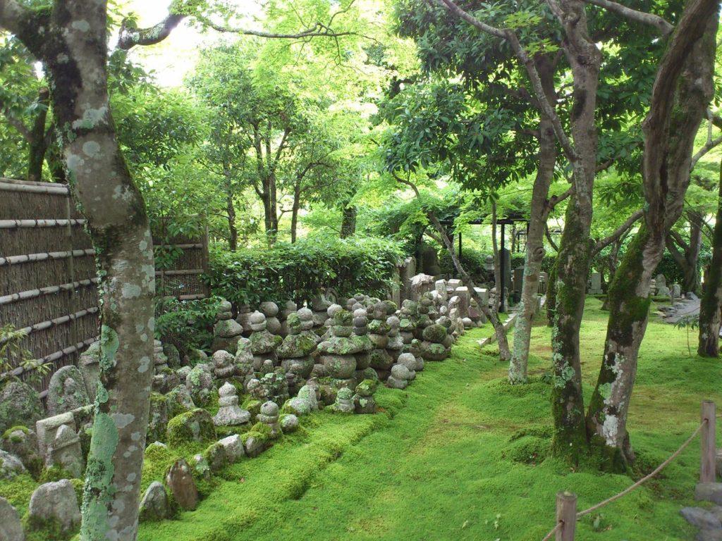 あだし野念仏寺の庭の石仏