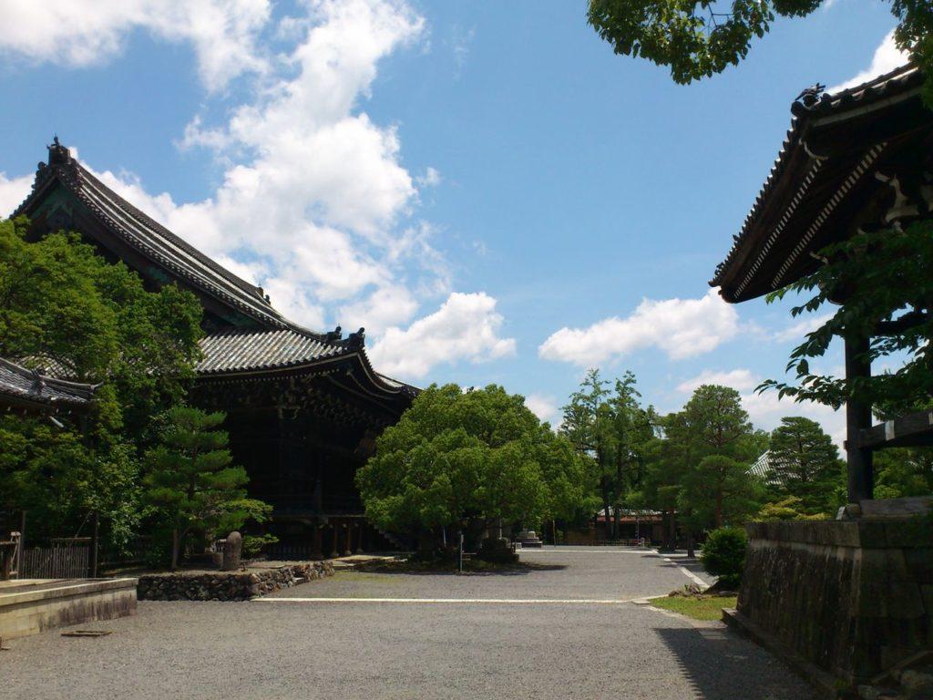 嵯峨釈迦堂の境内