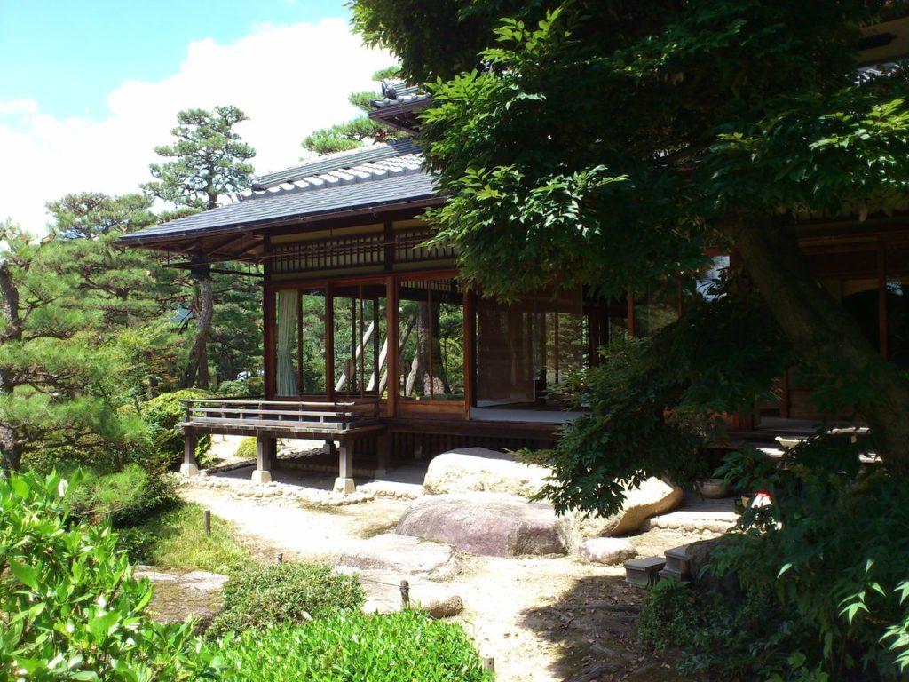 池の畔に建つ藤井彦四郎邸