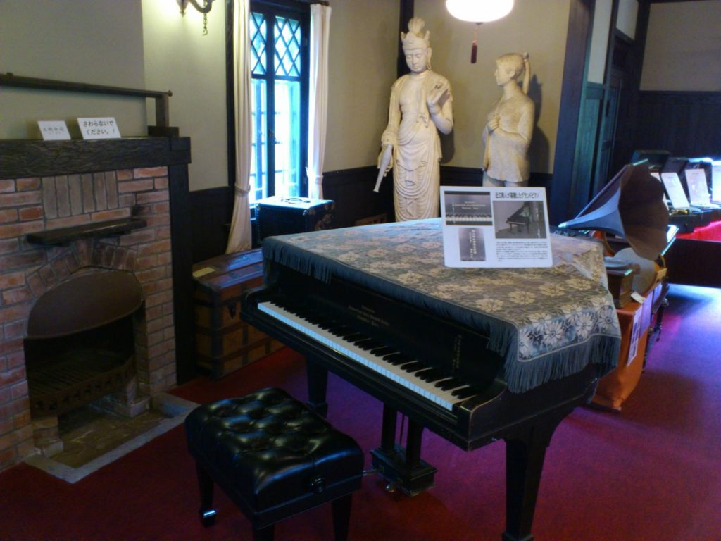 グランドピアノ越しの石膏像