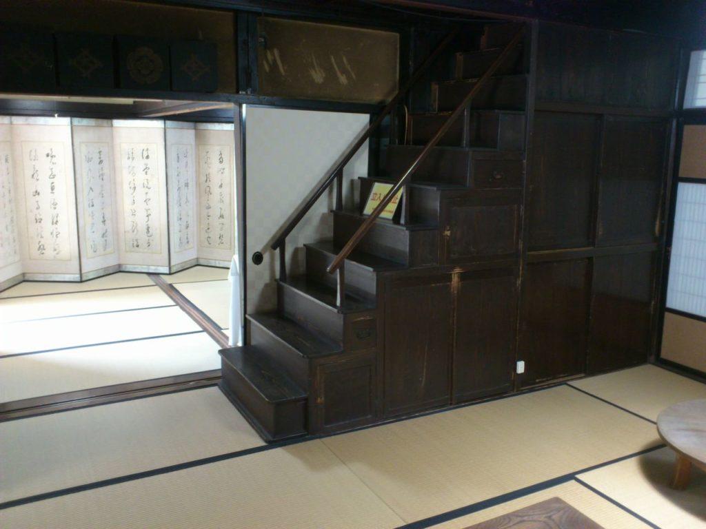 京藤甚五郎家の階段箪笥