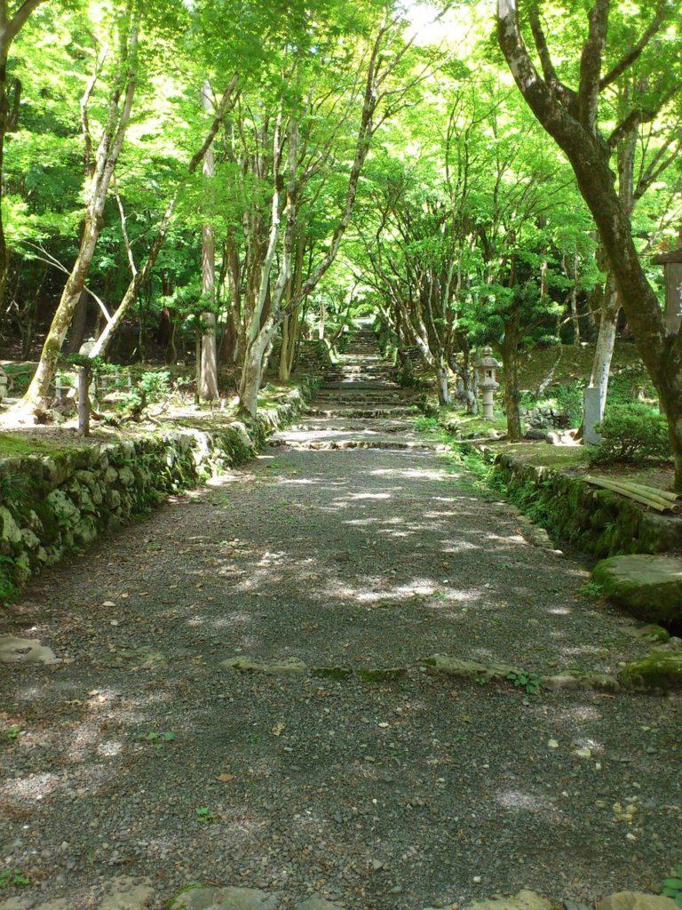 鶏足寺(旧飯福寺)のふもと
