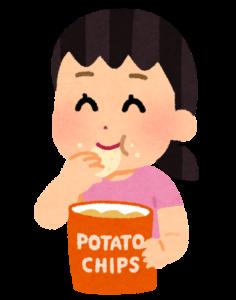 ポテトチップを食べる女性