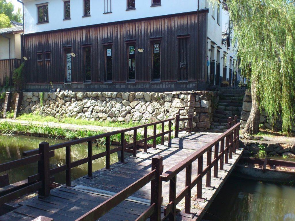 喫茶瓦亭を八幡堀から見て