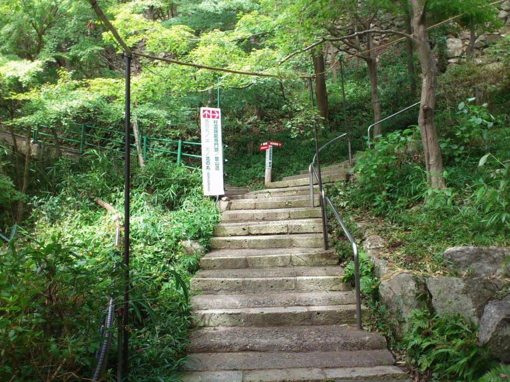 八幡山の分岐点(左)西の丸跡、出丸跡(右)村雲瑞龍寺、北の丸跡