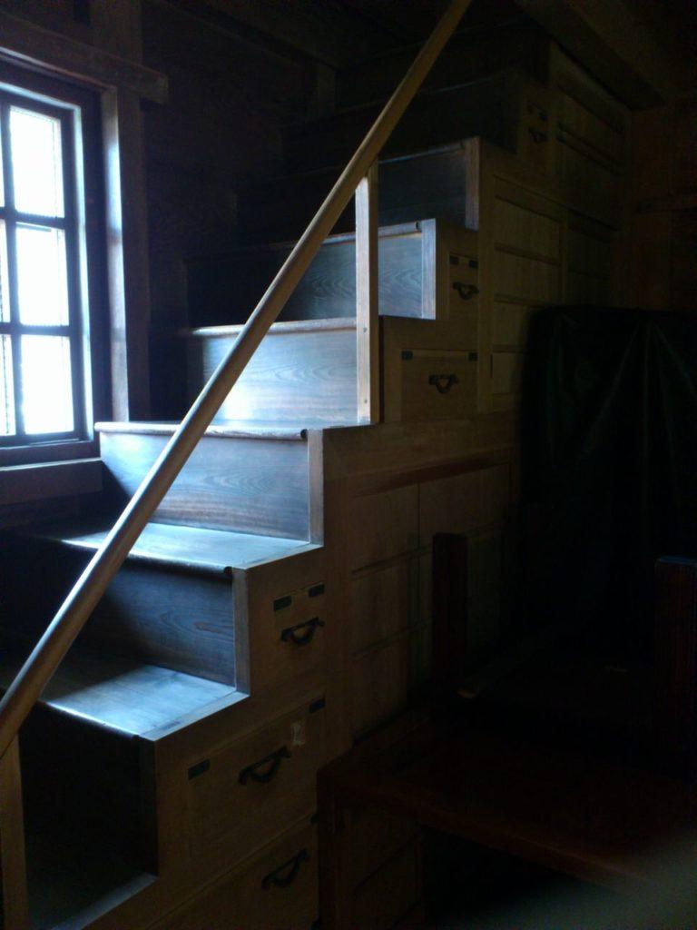 外村繁文学館の階段箪笥