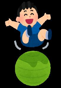 バランスボールで遊ぶ少年