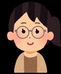 ロイド眼鏡をかけた女性