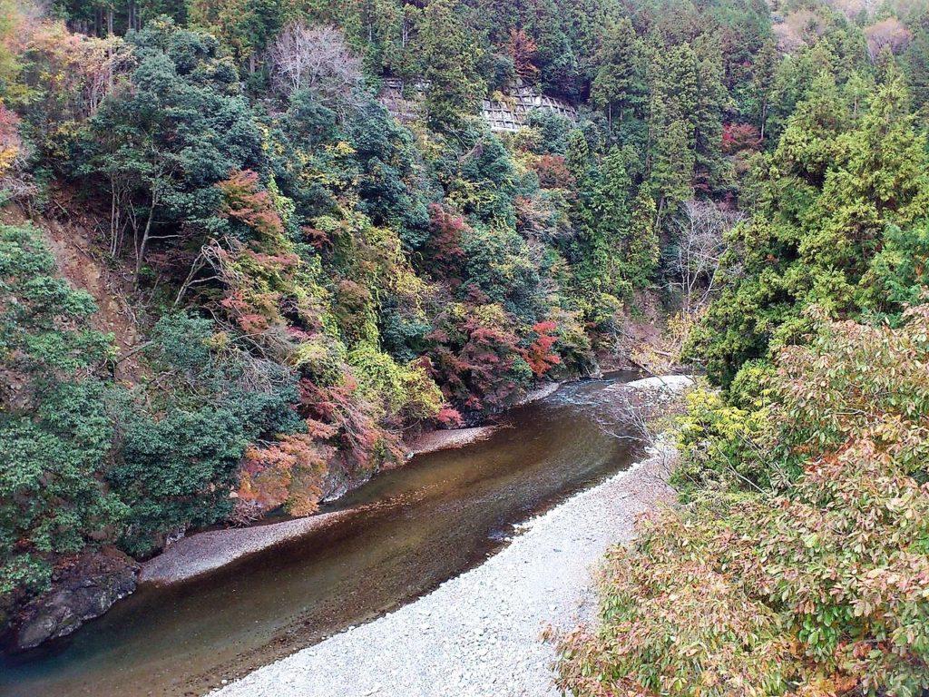 多良峡のつり橋から牧田川を望む