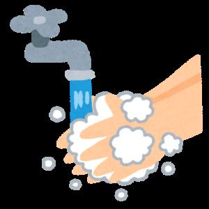 水道で手を洗う