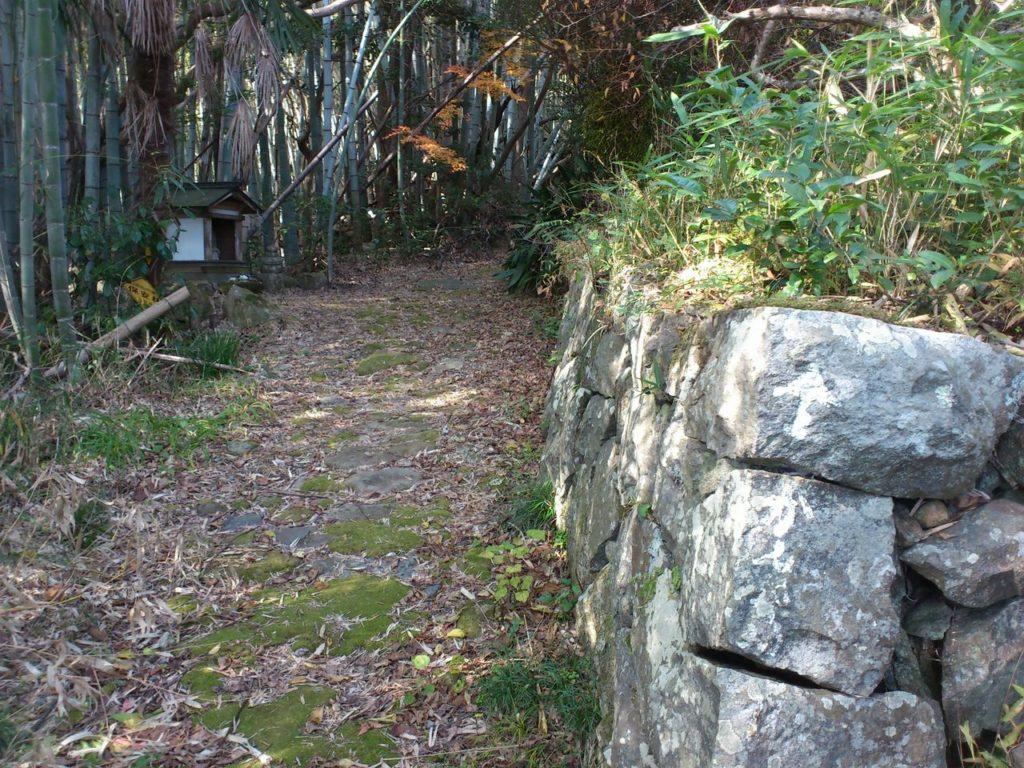 観音寺城跡の登り口からすこし奥に行ったところ