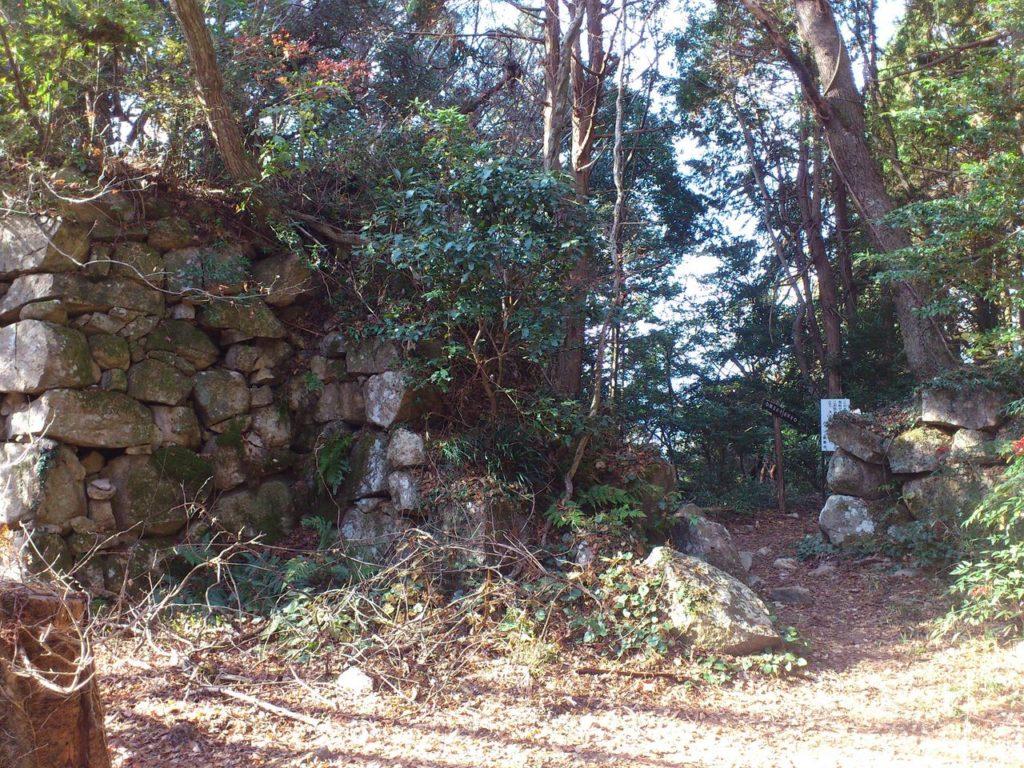 本丸跡の石垣と桑実寺へと続く登山道