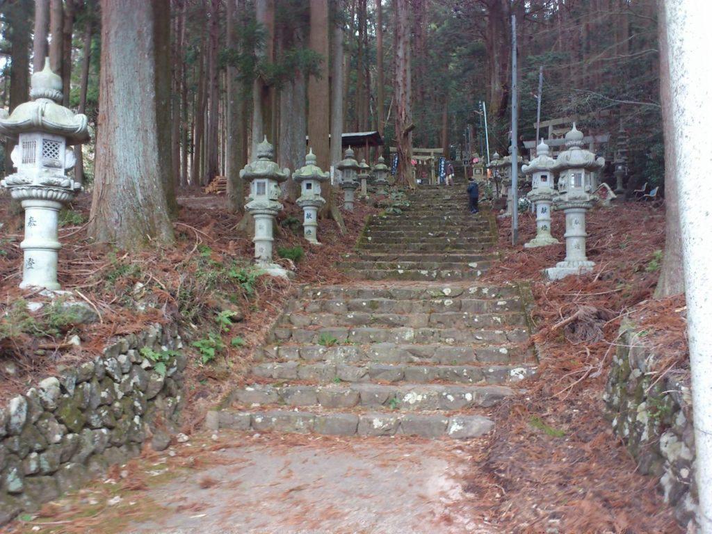 福王神社の石段と灯籠