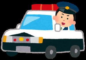 パトカーに乗る警察官