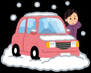 自動車が雪で立ち往生した女性