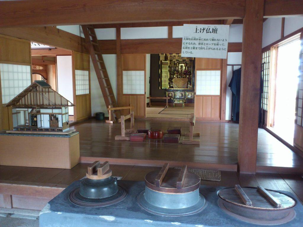 台所と板の間と仏壇