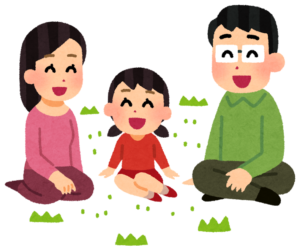 芝生で寛ぐ家族