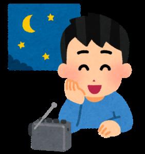 深夜にラジオを聴く男性