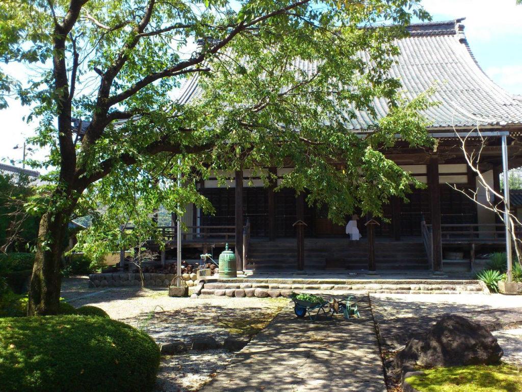 祐国寺の本堂と掃除が終わった境内