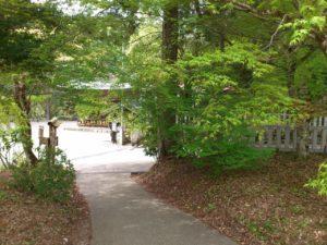 駐車場から神社へ