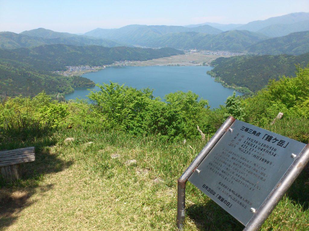 賤ヶ岳山頂から余呉湖を見て