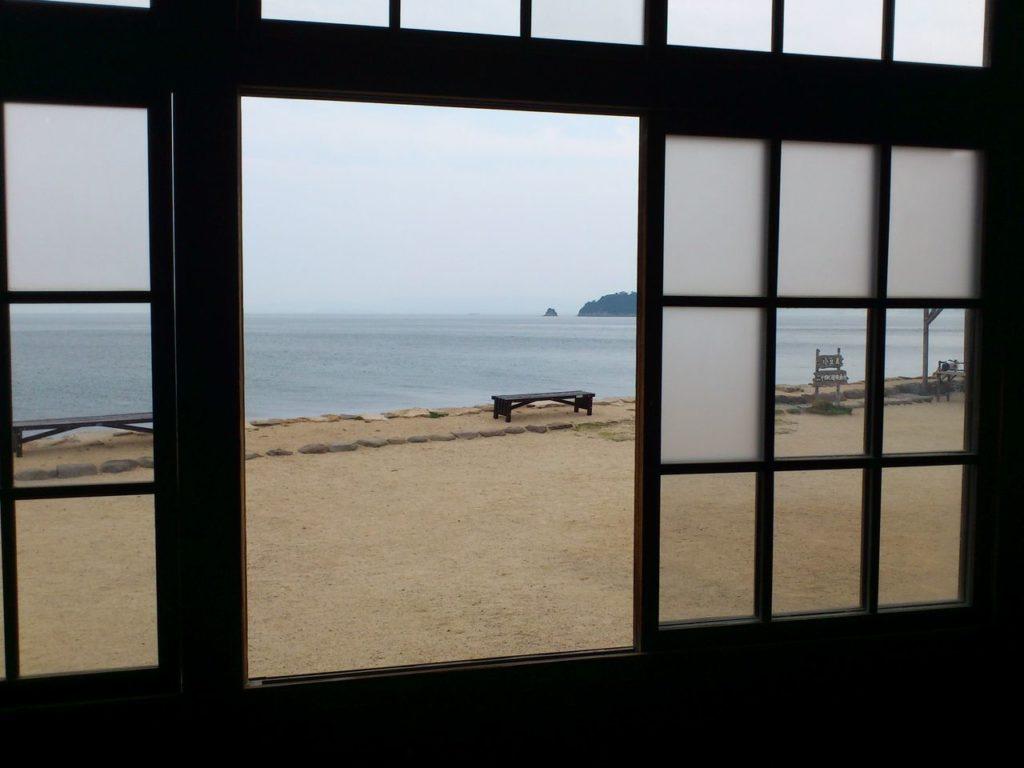 木造校舎の窓から汐江海岸