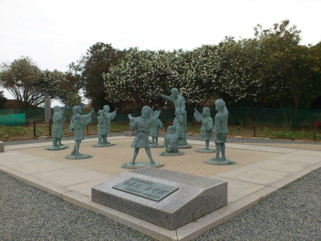 壺井栄生誕百周年記念の銅像