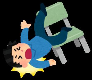 椅子から転げる男性