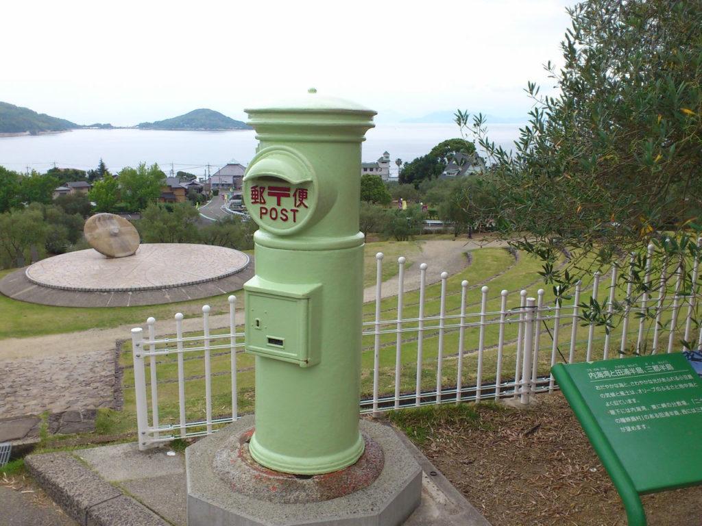 オリーブ色の郵便ポスト
