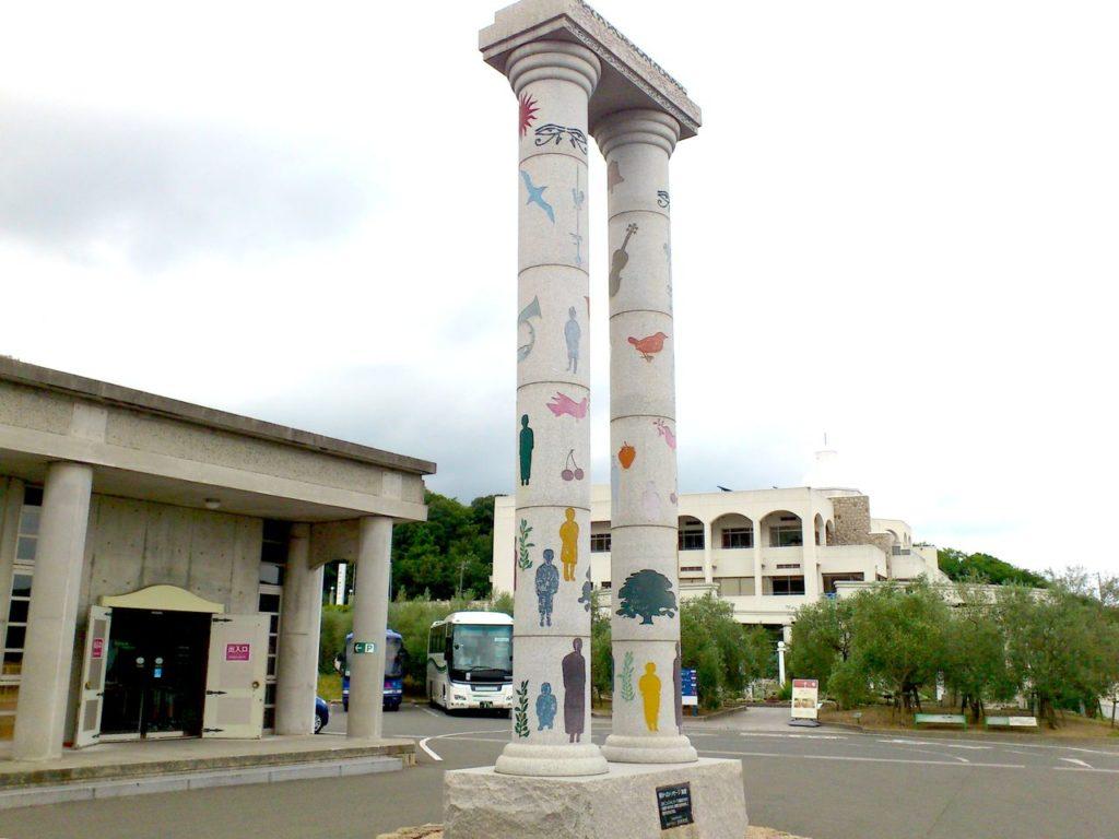 オリーブ記念館の前の柱