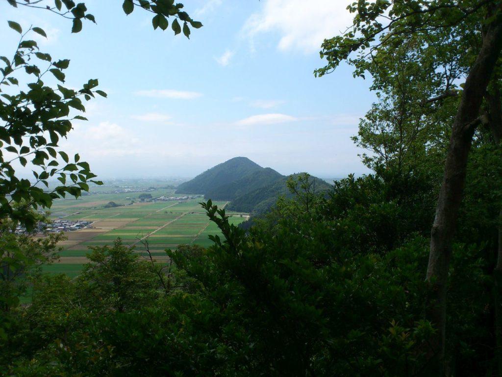 山本山へと連なる山々