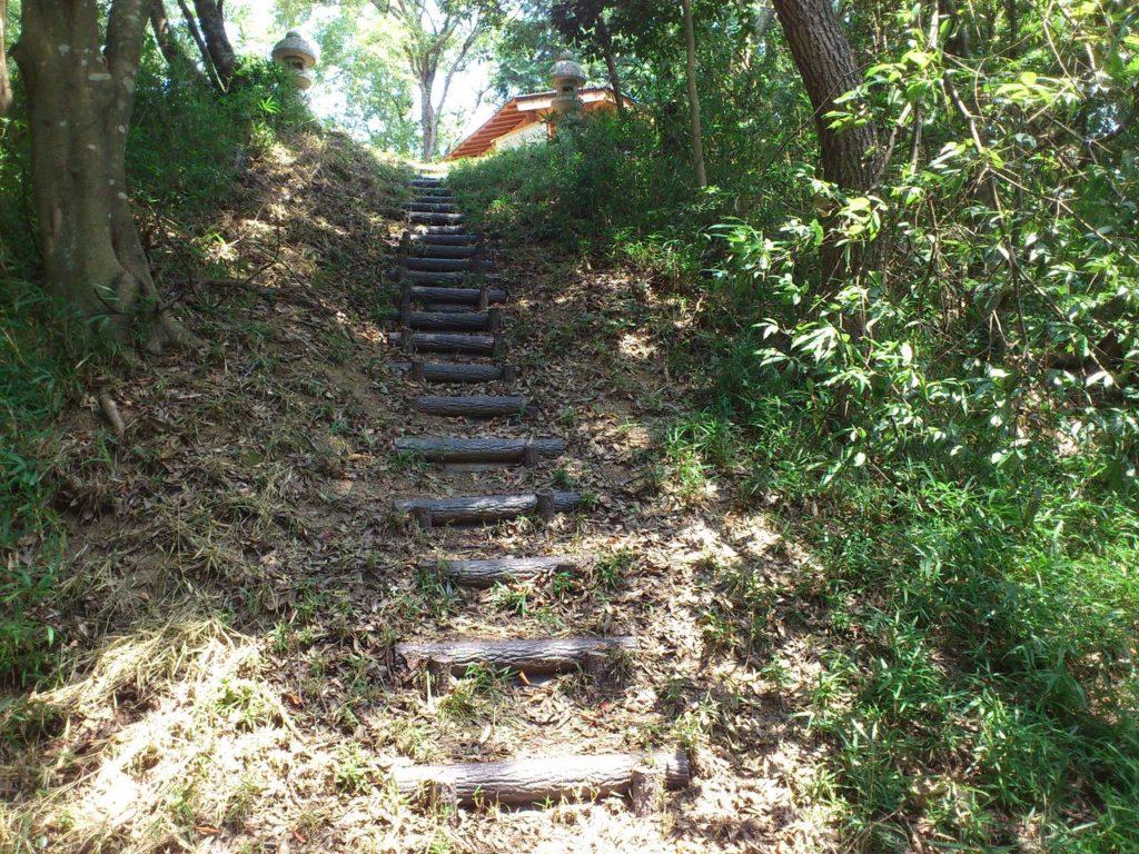 横山城の南城跡への階段