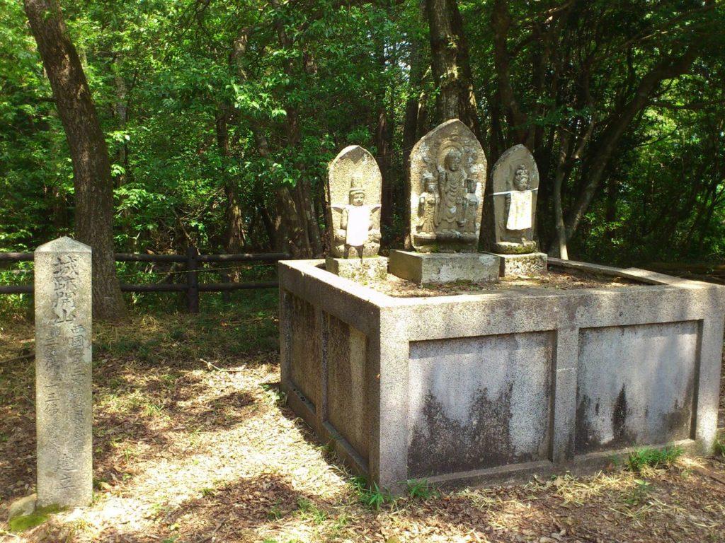 横山城跡の石仏群