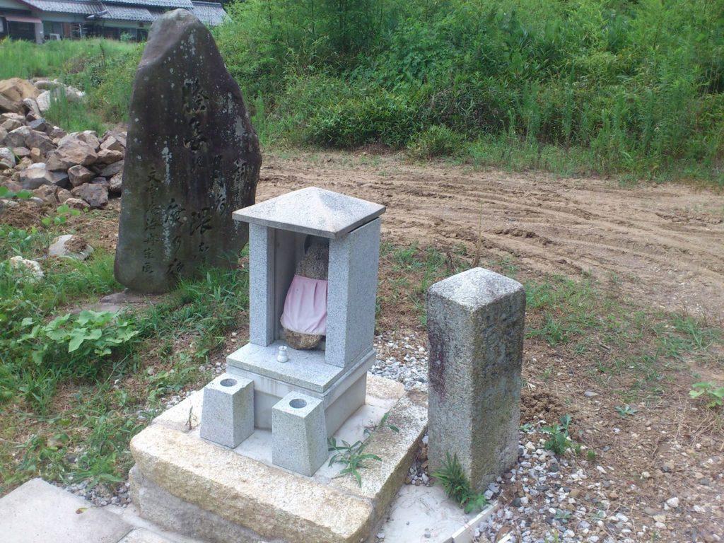 地蔵と道しるべ(左)た尓ぐみ(右)さめが井
