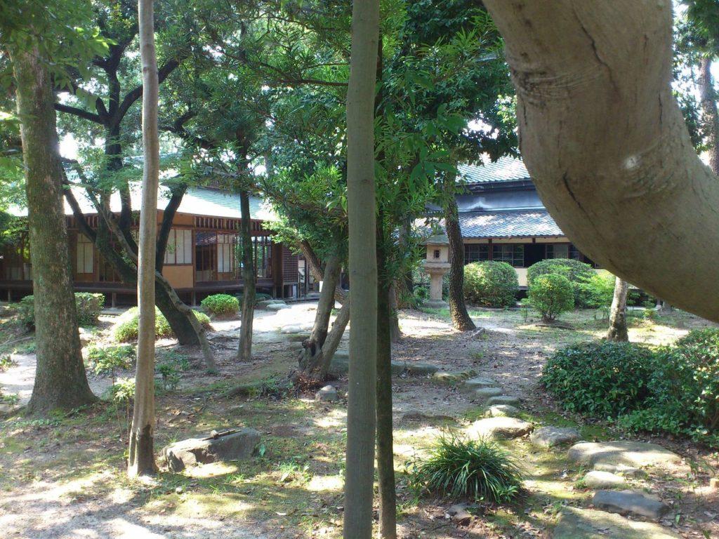 内庭と敷かれた飛び石
