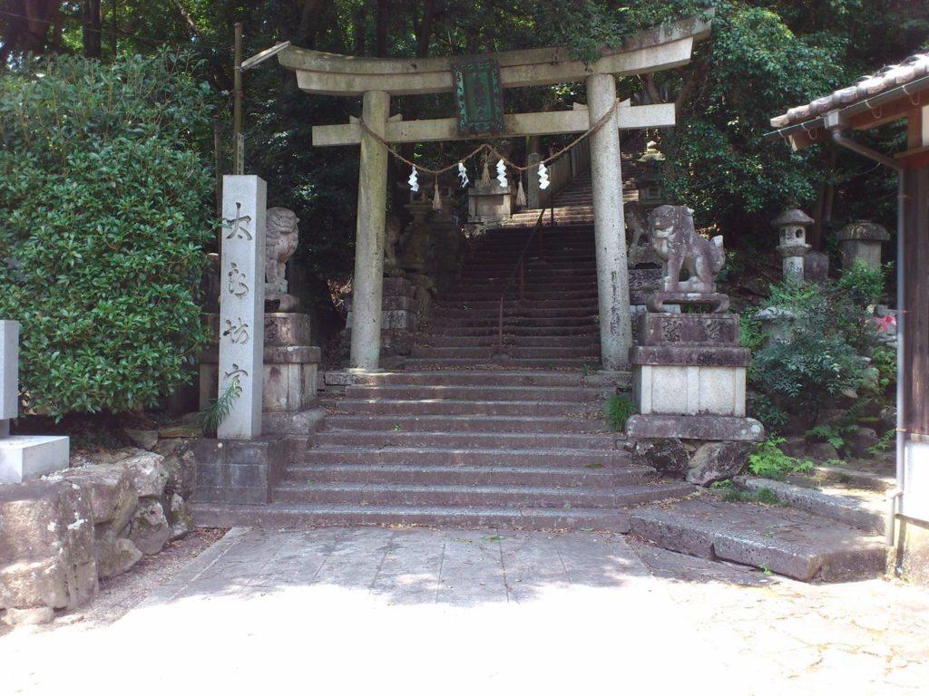 太郎坊宮の石段のはじまり